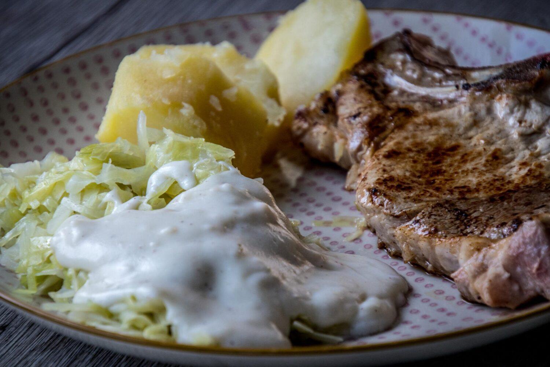 Spitskool met witte saus (bechamel) en kotelet