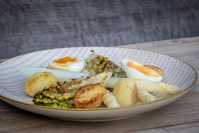 lauwe salade met asperges en slaharten