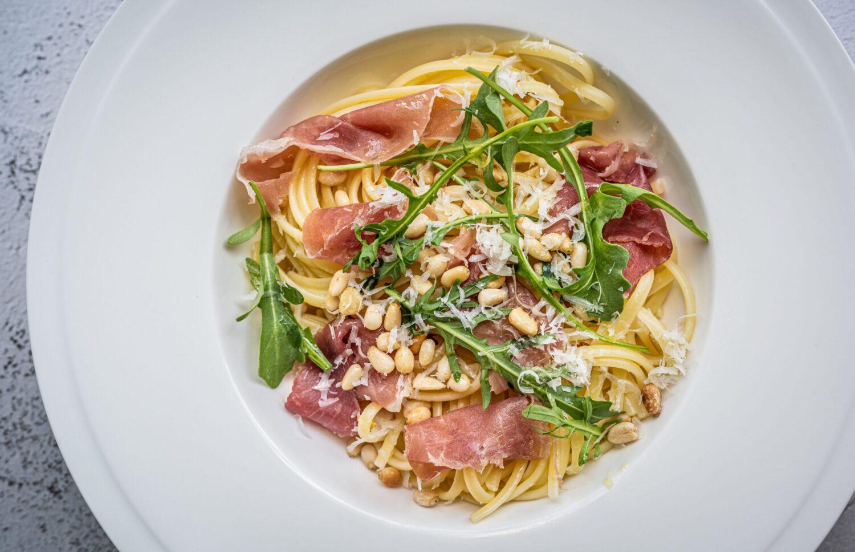 Linguini met Italiaanse ham, rucola en kruidige olijfolie