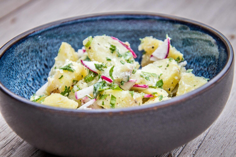 aardappelsla met verse kruiden