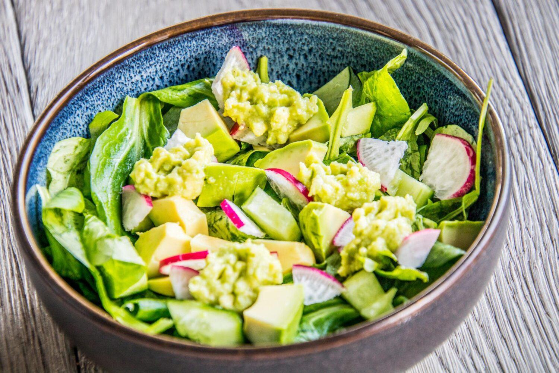 Vegetarische salade met avocado