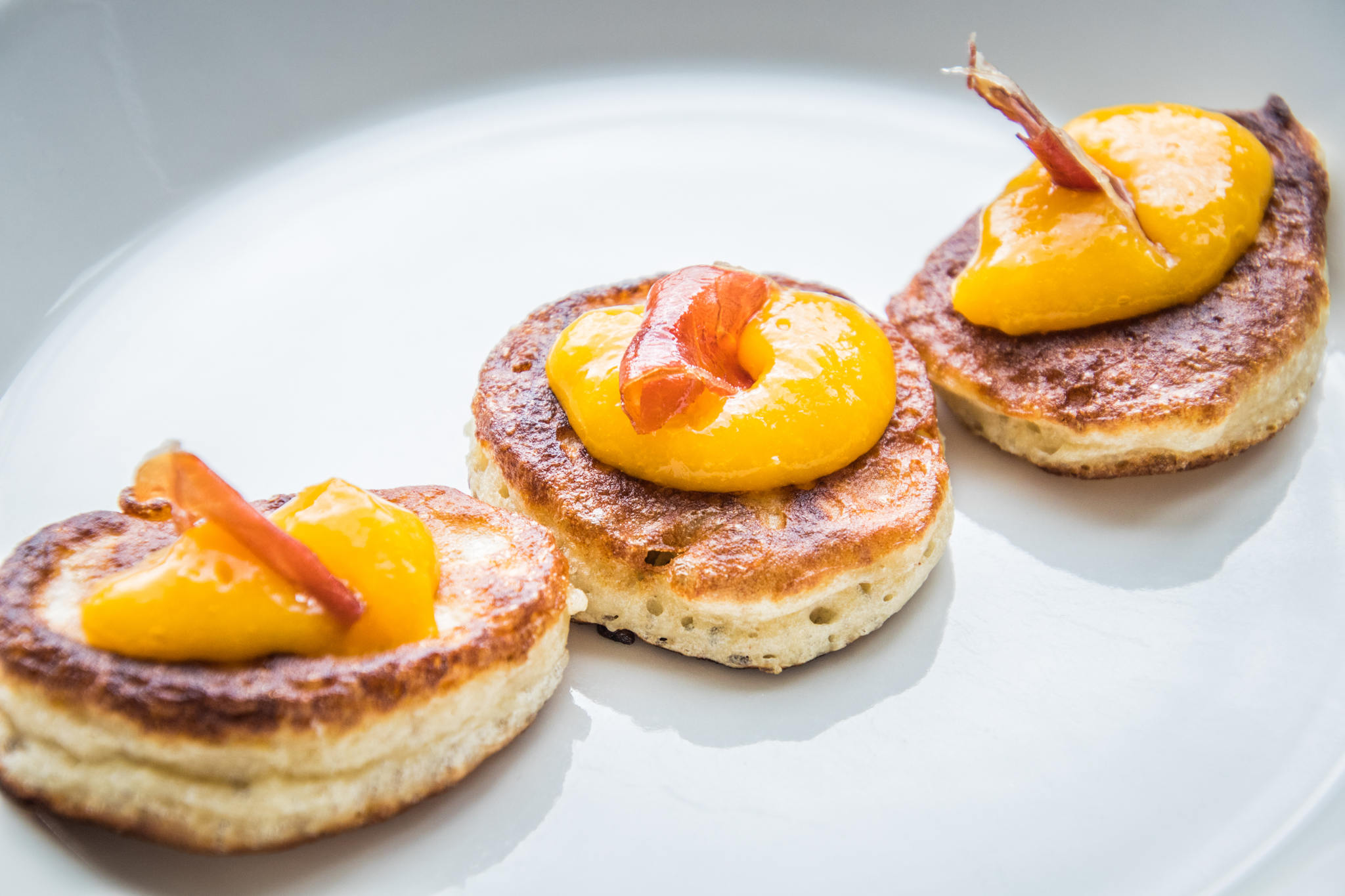 Homemade blini's met mango
