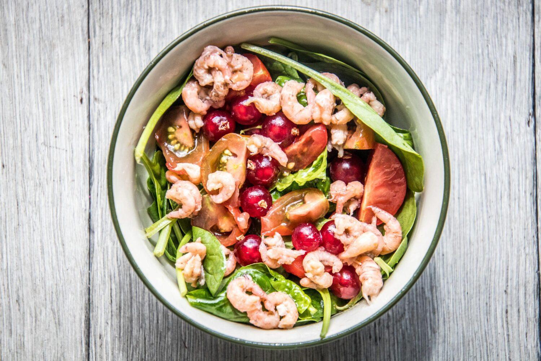 Salade met spinazie, garnalen en rode besjes