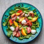Kleurige salade met spinazie, mozzarella en perzik