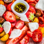 Zomerse salade met tomaat en aardbei