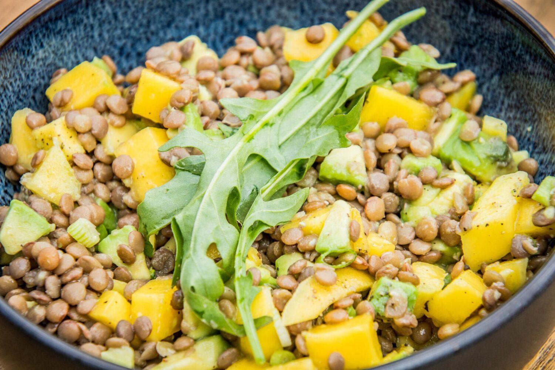 Romige linzensalade met avocado en mango