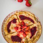 Pannenkoeken met aardbeien en coulis van rode vruchten