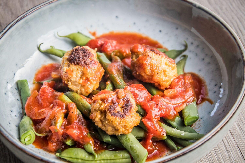 Kippenballetjes met boontjes in snelle tomatensaus