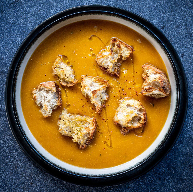 Soep van geroosterde pompoen met croutons