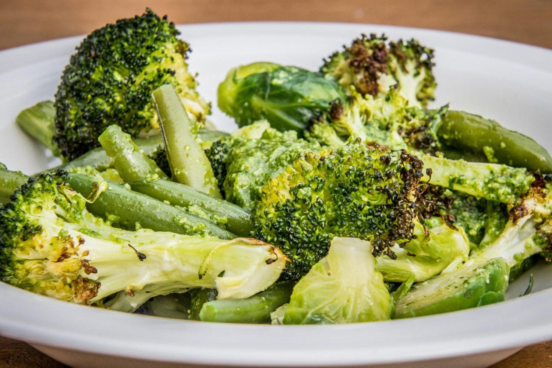 Groene groenten mix met pesto van waterkers
