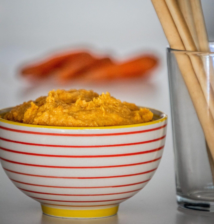 Hummus van geroosterde wortelen