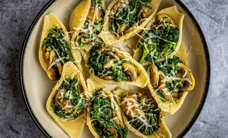 Pastaschelpen met spinazie en champignons