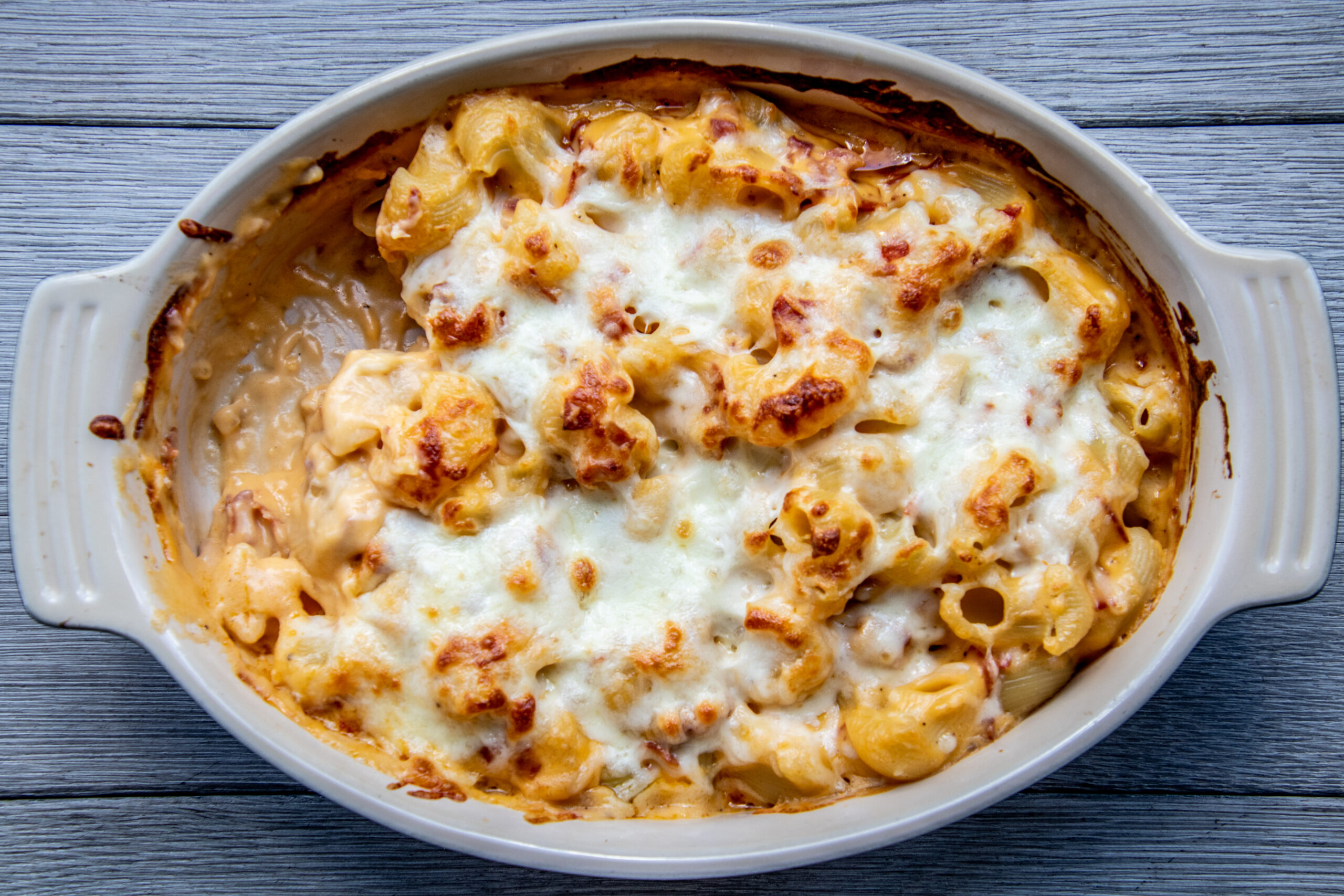 Mac and cheese met cheddar en chorizo