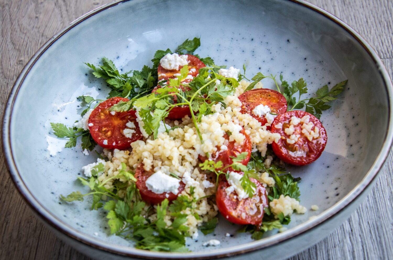Gegrilde tomatensalade met bulgur en verse geitenkaas