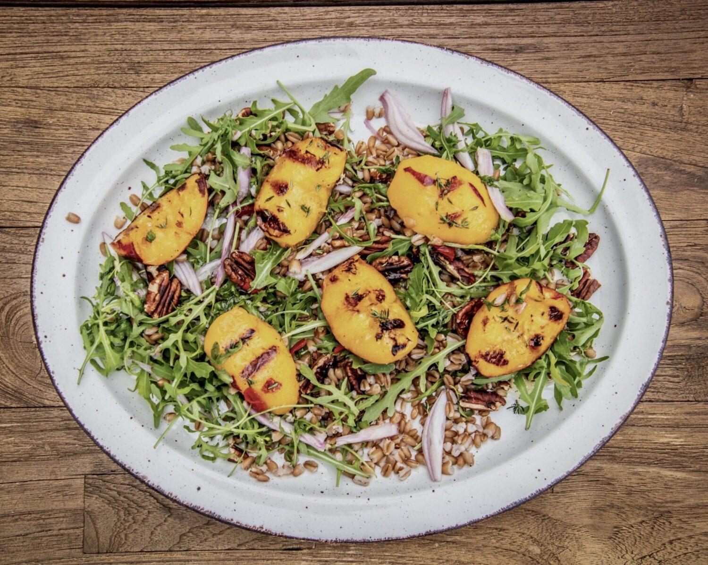 Salade met gegrilde perzik en spelt