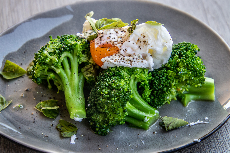 Broccoli met gepocheerd eitje en pesto