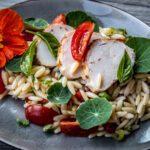 Salade van orzo, kipfilet en frisse kruiden