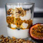 Ontbijtglas met yoghurt en fruit