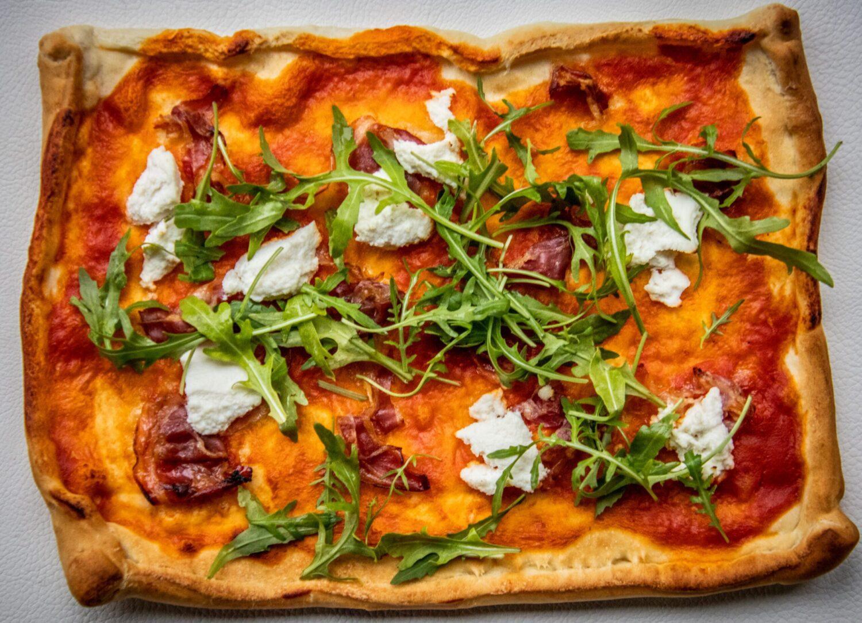 Heel snelle pizza met ricotta, pancetta en rucola