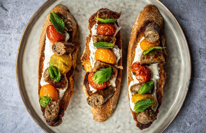 Bruschetta met lamsworstjes en geroosterde tomaatjes