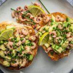 Lunchbroodje met garnalen en avocado