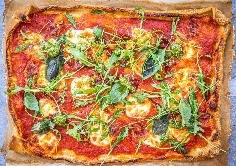 Snelle pizza met pancetta en pesto