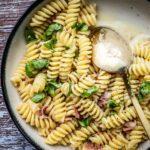 Romige eenpanspasta met pancetta en parmezaan