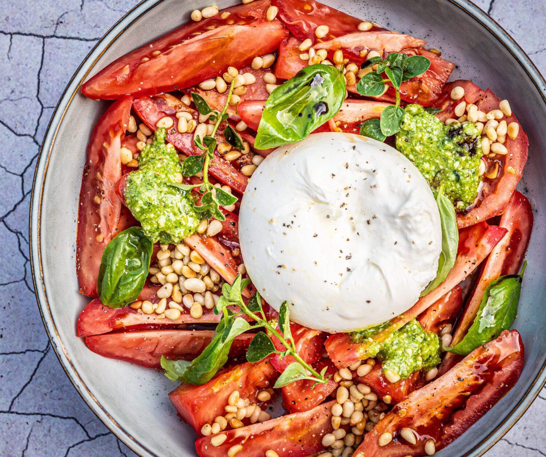Salade met tomaten, burrata en pesto